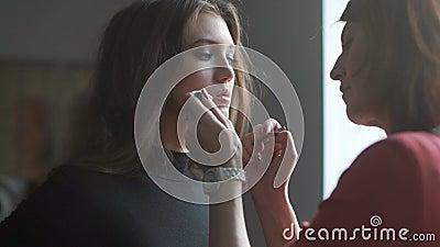 Spezialist, der Make-up für Modell tut Lipglossanwendung stock footage