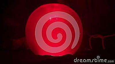 Sphère en verre rougeoyante pour des prévisions en gros plan banque de vidéos
