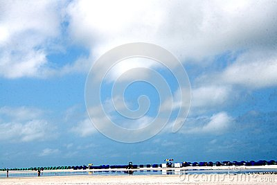 Spiaggia con le file delle sedie dell ombra