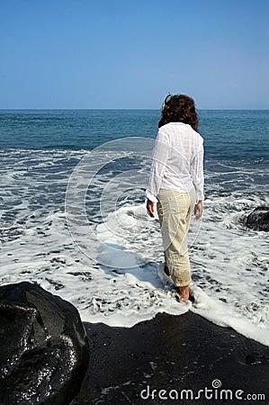 Spiaggia nera della sabbia sulla grande isola