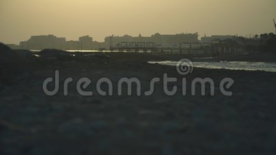Spiaggia vuota della località di soggiorno nel tramonto archivi video
