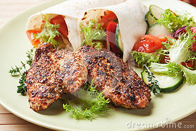 Spicy chicken breasts with vegetable salad