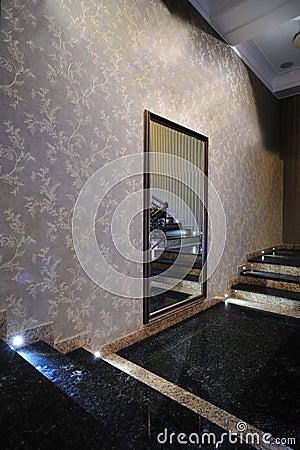 spiegel op de muur royalty vrije stock afbeeldingen