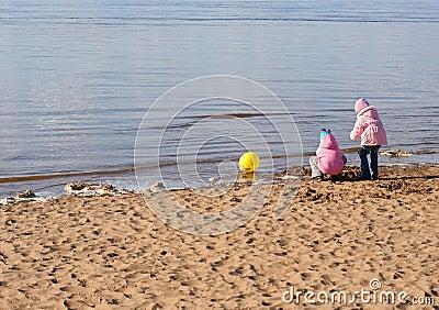 Spiel mit zwei Mädchen auf dem Strand