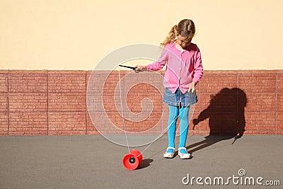 Spiele des kleinen Mädchens mit Jo-Jo