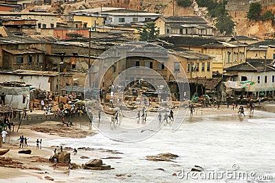 Spielen des Fußballs auf Umhang-Küsteküstenvorland