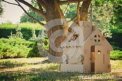spielen sie das haus das von wellpappe im stadtpark gemacht wird stockfoto bild 57241337. Black Bedroom Furniture Sets. Home Design Ideas