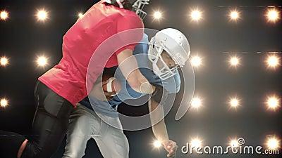 Spieler des amerikanischen Fußballs gegen Blinklichter stock footage
