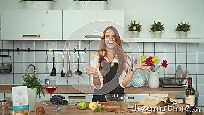 Spielerischer Ginger Woman Have Fun an der Küchenarbeitsplatte Rote Hauptmannnahaufnahme stock footage
