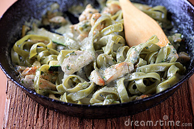 Spinach fettuccine with chicken, pesto and cream