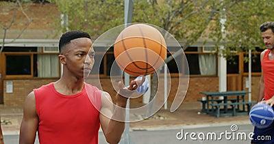 Spinnender Ball des Basketball-Spielers auf Finger stock video