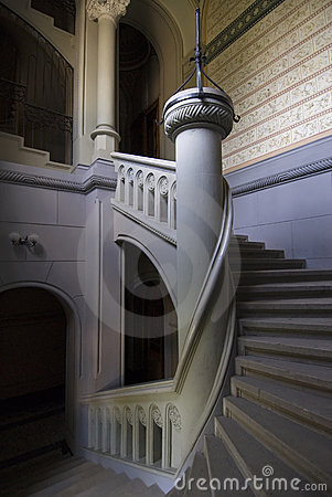 Spiral staircase with column
