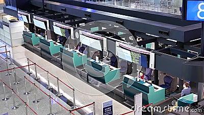 Spitzenschuß von den Passagieren, die zur China-Fluglinie gehen, überprüfen herein Schreibtische stock video footage