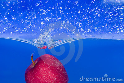 Splash-serie: red apple with blue background