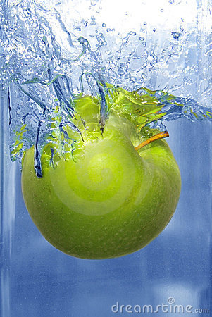 Free Splashing Apple Into A Water Royalty Free Stock Photos - 4952948