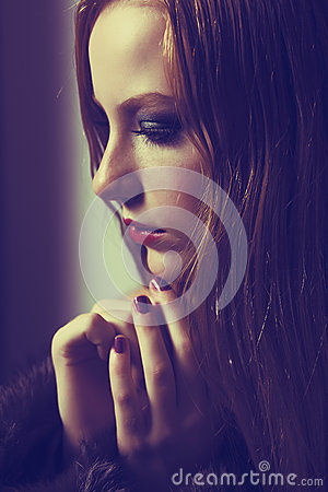 Súplica. Confesión. Mujer triste que ruega. Tolerancia. Dolor y esperanza