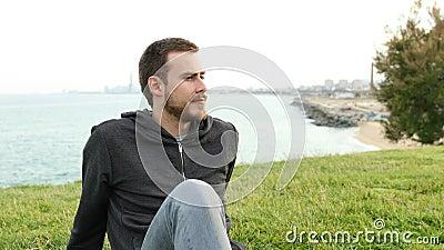 Spokojna nastolatka spoczywająca na trawie, rozmyślająca poglądy zbiory