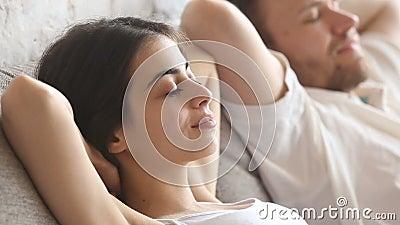 Spokojni pokojowi potomstwa dobierają się relaksować w domu, oddychający świeże powietrze zbiory wideo