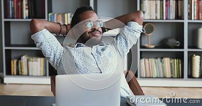 Spokojnie, młody, afrykański przedsiębiorca spoczywa w biurze pracy zdjęcie wideo