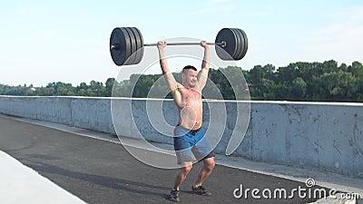 Sport, bodybuilding, styl życia i ludzie pojęć, - młody człowiek napina mięśnie w gym z dumbbell zbiory