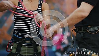 Sport estremo, bouldering Una donna lega le corde della protezione per la scalata nell'ambito delle istruzioni della vettura archivi video