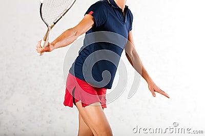 Sport in palestra, gioco della racchetta di zucca della donna