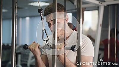 Sporta bodybuilding gym trening atleta sta?owy styl ?ycia zdrowie sprawno?ci fizycznej cia?a silny poj?cie m??czyzna robi triceps zbiory