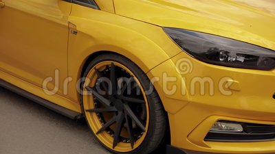 Sporten geeloranje auto in het parkeerterrein, laag-profielbanden belemmeringsraceauto, afdrijvende auto 07 05 2019 de Oekra?ne L stock footage