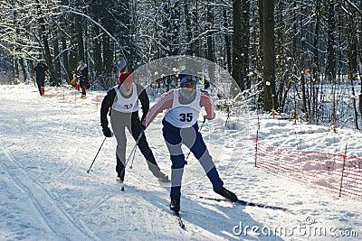 Sportler laufen auf Skis Redaktionelles Stockfotografie