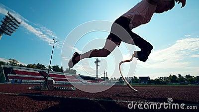 Sportman met een kunstmatig been begint langzaam te lopen stock video