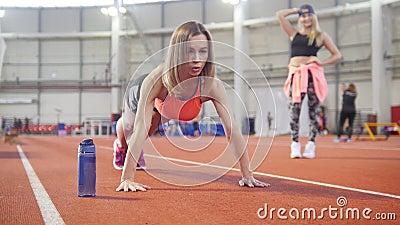 Sportowa kobieta w sportach odziewa robić pcha ups Butelka z wodny pobliskim ona zdjęcie wideo