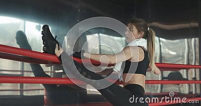 Sportowa Piękna kobieta Robi UPS jako część Jej Przecinającej sprawności fizycznej, Bodybuilding Gym Stażowa rutyna zbiory