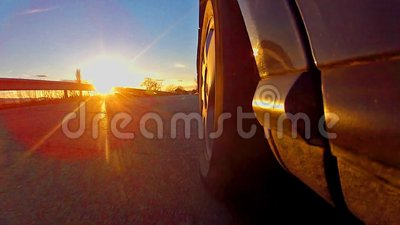 sportowy samochód rasa z zmierzchów promieniami błyszczy na oponie zdjęcie wideo