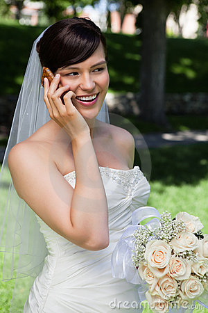 Sposa sul telefono delle cellule