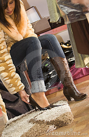 Spróbuj nowych butów kobiety