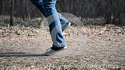 Sprawno?ci fizycznej kobiety skokowa arkana Kobieta jogging w słonecznego dnia świetle w jesieni drzew tle, dziewczyna trenuje ou zbiory