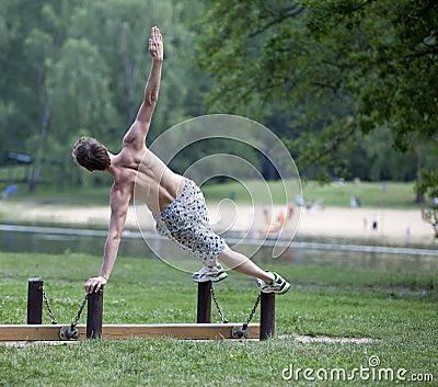 Sprawności fizycznej mężczyzna plenerowy s lato szkolenie