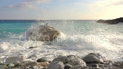 Spray surf en una orilla rocosa Movimiento lento metrajes