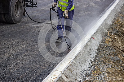 Spraying bitumen emulsion with the hand spray lance