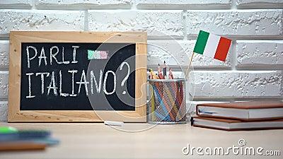 Sprechen Sie Italienisch an Bord geschrieben, die Hand, die Italien-Flagge in Kasten, Sprache einsetzt stock video footage