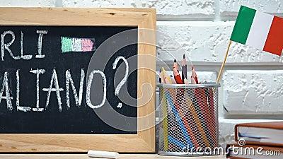 Sprichst du Italienisch an der Tafel, Nationalflagge in der Tasse, Sprachkurse stock footage