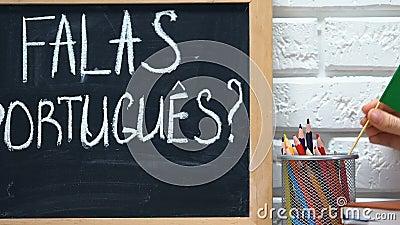 Sprichst du Portugiesisch an der Tafel, Portugiesisch-Flagge in der Tasse, Online-Kurs? stock video footage