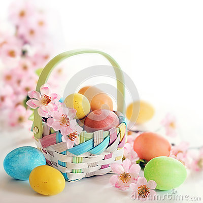 Free Spring Easter Egs And Flowers In A Basket Royalty Free Stock Photography - 39506787