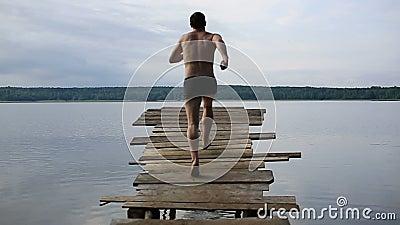 Springen Sie in den See stock video footage