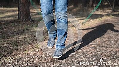 Springendes Seil der Eignungsfrau Frau r?ttelt im sonniger Tageslicht in den Herbstb?umen Hintergrund, das M?dchen, das drau?en a stock video footage