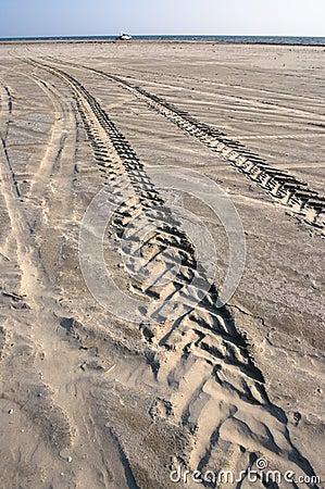 Spuren vom Gummireifen auf Sand