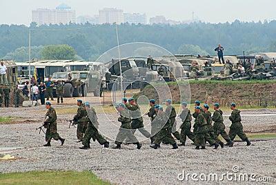 Squadra dei paracadutisti sul movimento Fotografia Editoriale