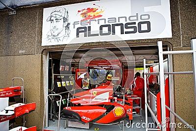 Squadra del Ferrari che prepara l automobile del Fernando Alonsoâs Immagine Editoriale