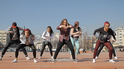 Squadra hip-hop adolescente di ballo delle ragazze stock footage