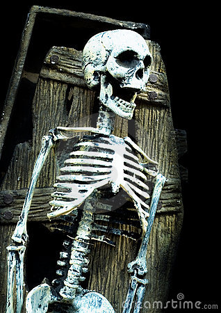 Squelette criard dans le cercueil